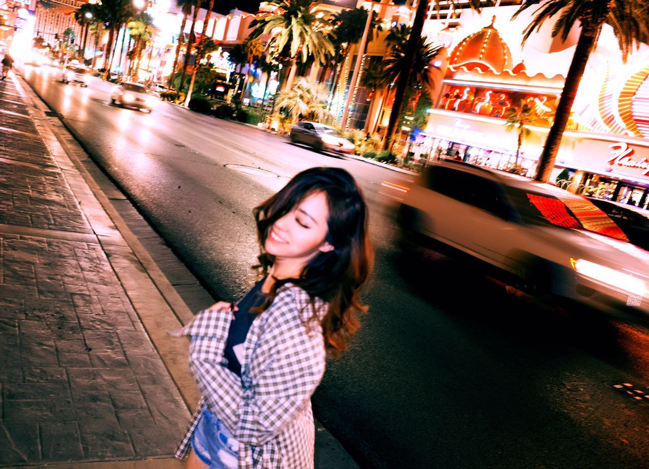 张靓颖夜游拉斯维加斯 街头欢脱似女孩
