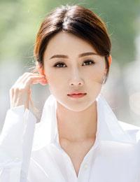 林鹏镂空衬衫秀美背 黑白配玩出性感新花样