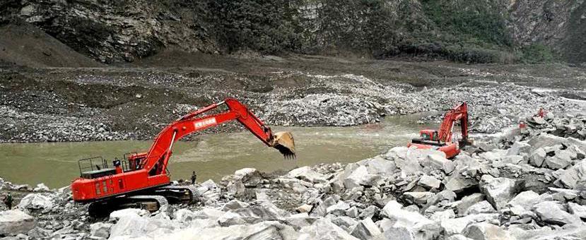 武警水电部队大型救援装备进入茂县灾情核心区展开救援