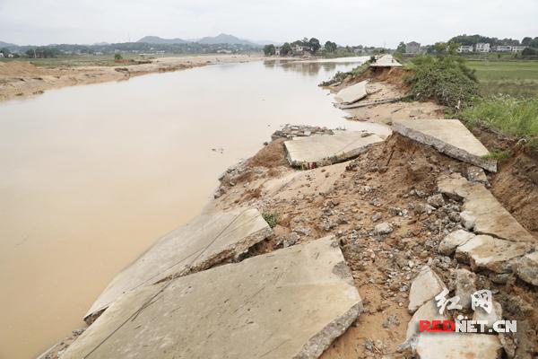宁乡市灰汤镇乌江河多处决堤 紧急转移群众400余人