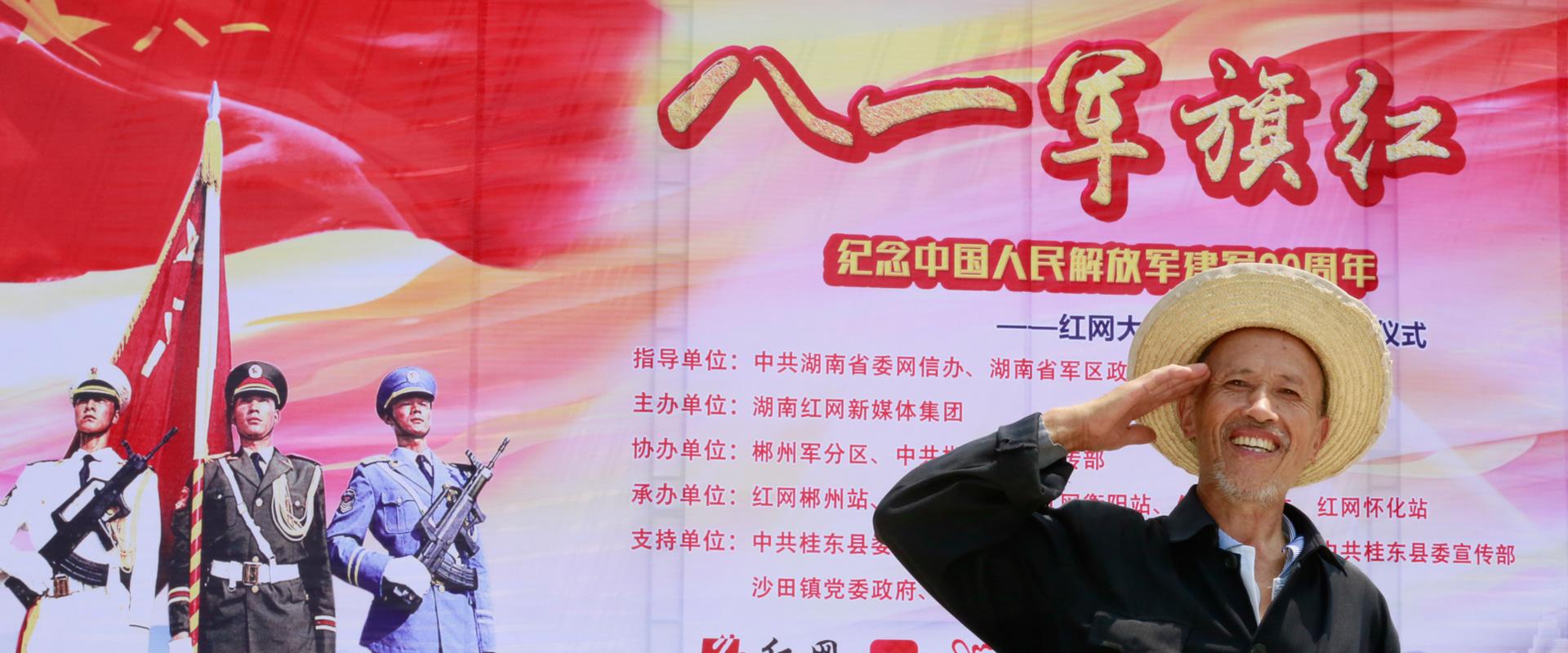 68岁援老抗美军人郭俊胜满脸笑容地对着镜头行了一个军礼