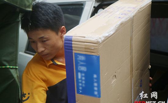 【战高温】记录快递员的一天:奔波15小时 配送300份快递