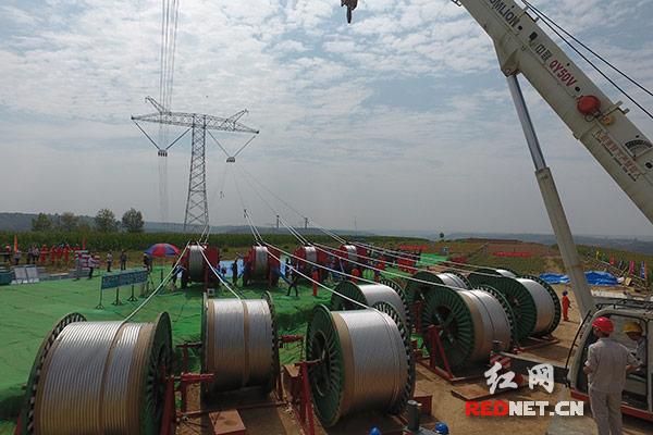 世界首条±1100千伏特高压工程甘肃段进入架线阶段