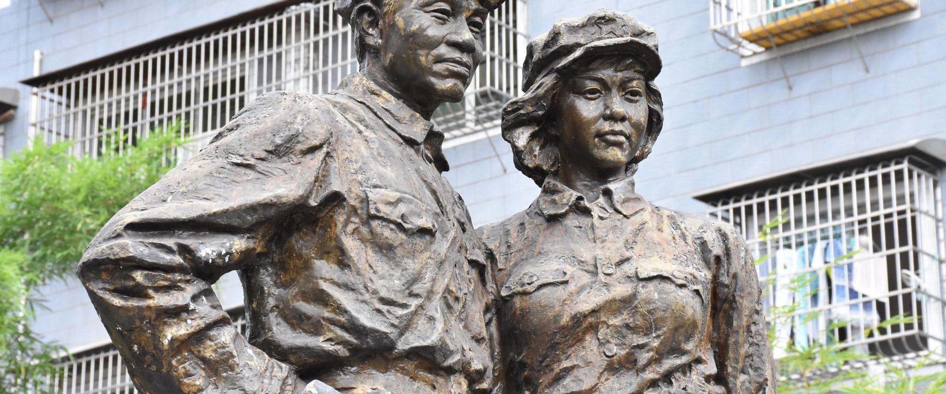 朱德伍若兰铜像伫立在培兰斋的后院。