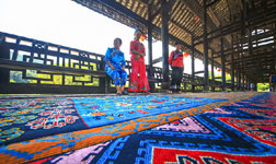 Tujia Brocade Made to Mark 60th Birthday of Xiangxi Prefecture