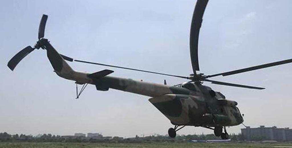 陆军第77集团军陆航直升机搭载医疗人员及物资挺进灾区