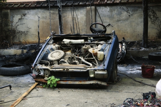 8月12日,长沙市上海城小区附近某汽车维修厂,起火的废弃汽车.