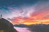 吉首市矮寨特大悬索桥横跨峡谷 朝霞如虹