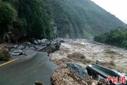 四川雅安强降雨发生山洪 冲下野猪损毁道路