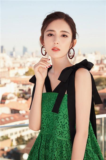 娜扎优雅亮相米兰时装周 绿色蕾丝裙尽显清新仙女范儿