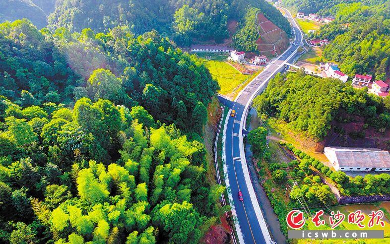 """浏阳近年来坚持""""交通融城""""战略,如今公路总里程达6600公里,其中高速公路、干线公路通车里程分别为227公里、630公里,在全省县(市)里均为最长。图为有""""湖南最美乡村公路""""之称的荷文公路。"""