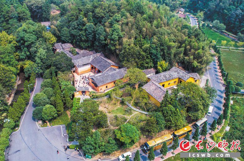 """位于中和镇的胡耀邦故居已逐步成为红色经典景区。浏阳是湘鄂赣苏区中心区域,新中国十大将军县之一,近年来浏阳提质""""红色""""景点,助推全域乡村旅游。"""