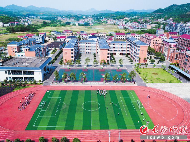 浏阳近年来大幅增加教育投入,全面推进教育强市。见证了风云际会的里仁学校,经过两次整体搬迁,如今已成为湘赣边最现代化的乡村小学。
