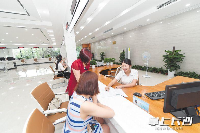 湖南湘江新区政务服务中心改造升级后,窗口办事更加快速便捷。今年,长沙以市政府令形式赋予湖南湘江新区市级经济管理权限44项,进一步增强了国家级新区的经济功能。