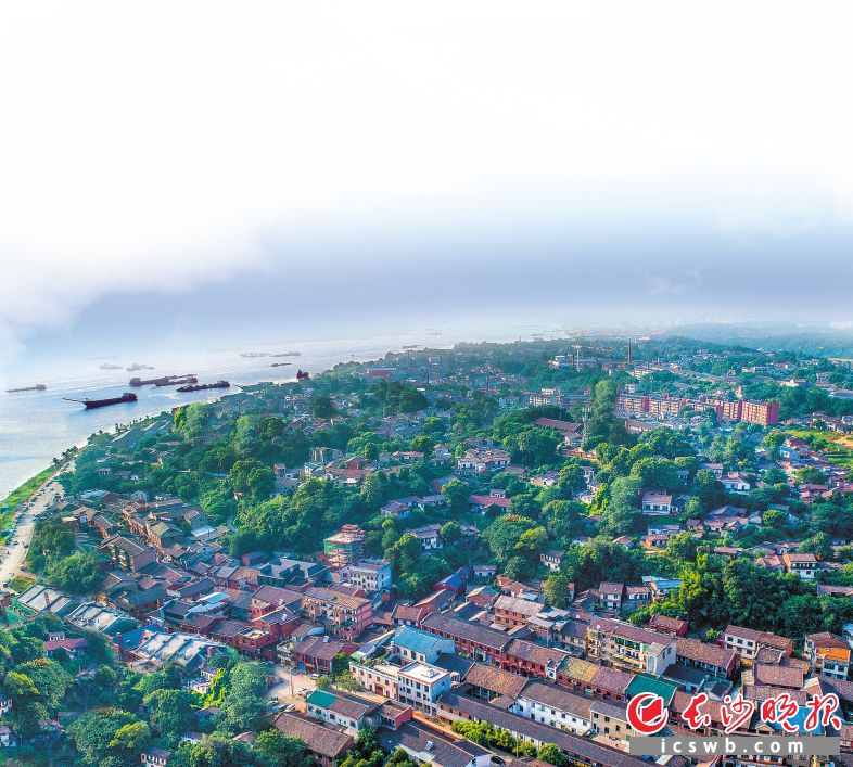 湘江河畔的铜官古镇,千百年来,历经沧海桑田、时代变迁,如今的铜官,千年窑火依然传承。