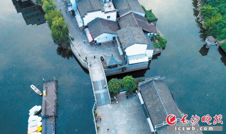 白墙黛瓦,静卧在靖港的清澈河水边。