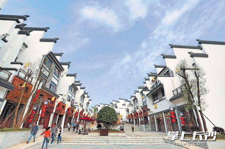 浔龙河生态艺术小镇集农业休闲、山水观光、文化旅游、健康养生于一体,吸引了越来越多的市民游客前来游玩。