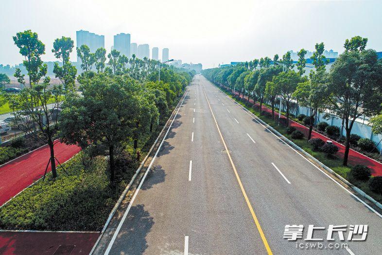 望城经开区航空产业园内,一条漂亮宽敞的航空路已经建成。