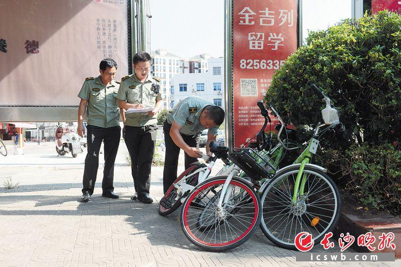 今年,长沙新划定2000余处非机动车停放点,引导共享单车规范停放。余劭劼 摄