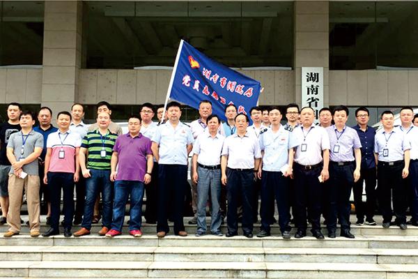 今年7月,湖南省国税局机关抗洪抢险党员突击队干部集合出发