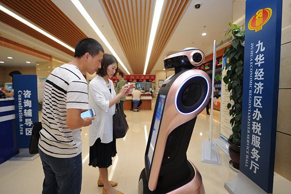湖南省首台导税机器人在湘潭九华区国税局启用