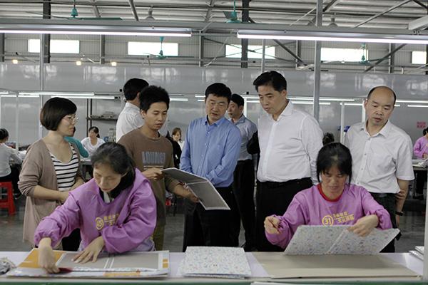 刘明权(图中)深入展承创意文化用品有限公司了解税收政策落实情况