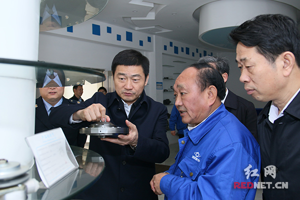 刘明权(左一)到湖南机油泵股份有限公司走访,了解税收政策落实情况。