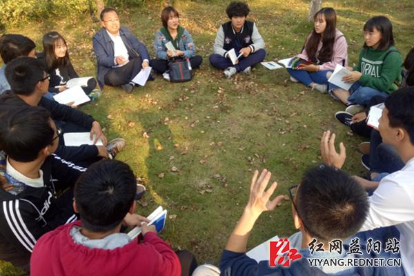 湖南城市学院师生草坪读书话未来