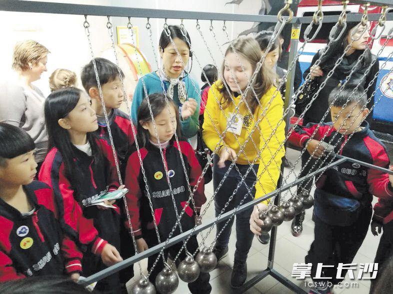 长沙文明小大使们在白俄罗斯参观少儿科技馆。 长沙晚报通讯员 陈曦 摄