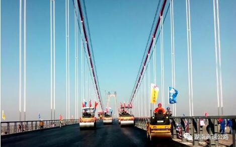 洞庭湖大桥全面启动沥青摊铺 距通车又近一步