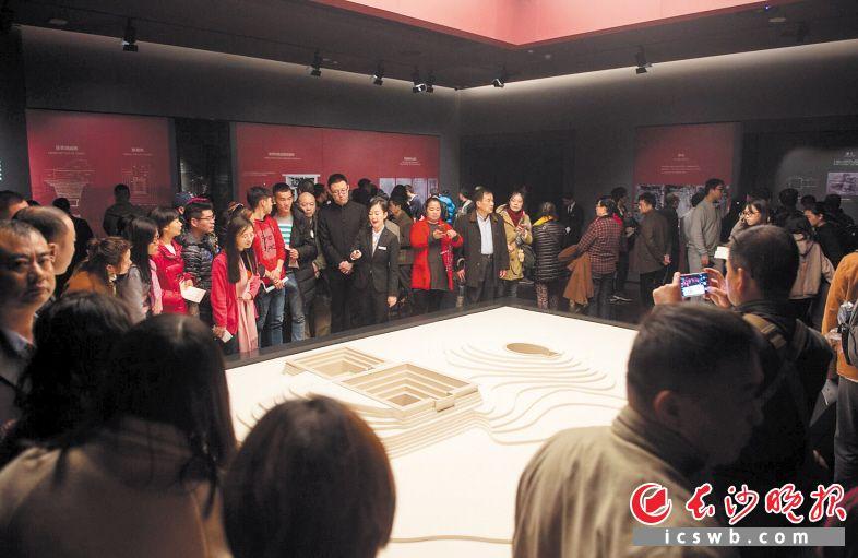 湖南省博物馆新馆正式向公众开放,揭开神秘面纱,吸引了众多市民前来一睹新馆风采。均为长沙晚报记者 李锋 摄