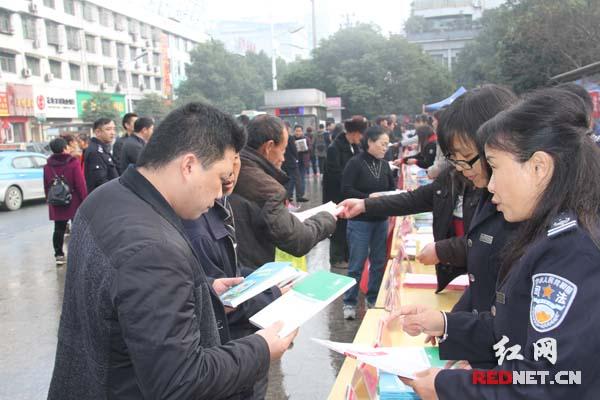 花垣县42家单位集中宣传宪法 认真贯彻落实十九大精神