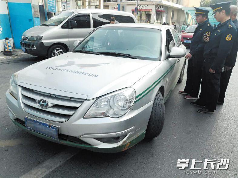 ↑芙蓉区交通运输局执法人员依法对涉嫌非法运营车辆进行检查,加大对非法营运的打击力度。
