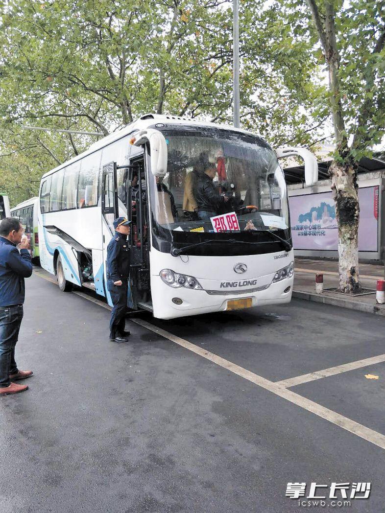 今年以来,芙蓉区交通运输局不断加大对违规长途客运车辆的整治力度。