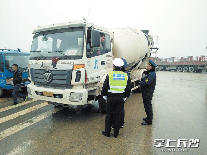 芙蓉区交通运输局执法人员加大对货运车辆的检查力度,确保道路运输安全平稳。