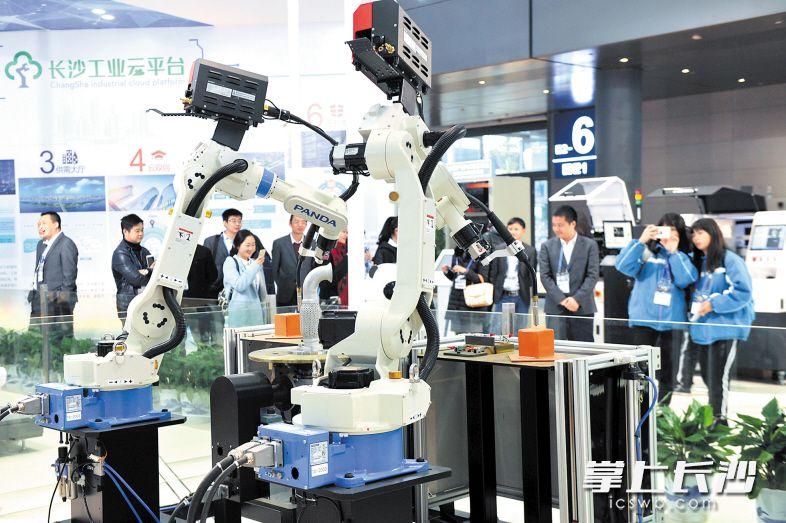 昨日上午,第二届中国(长沙)智能制造峰会在长沙国际会展中心开幕,同期将首次举办长沙国际智能制造技术与装备博览会,集中展示全球智能制造最新研发成果。 均为长沙晚报记者 王志伟 摄