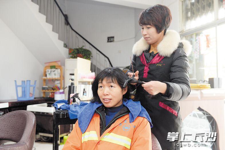 """▲""""中国好人""""贺国辉自2015年以来一直为环卫工人提供免费理发服务。 余劭劼 摄"""