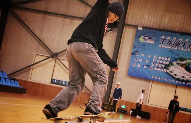 轮滑培训在千龙湖开班 高难度滑板表演精彩上演