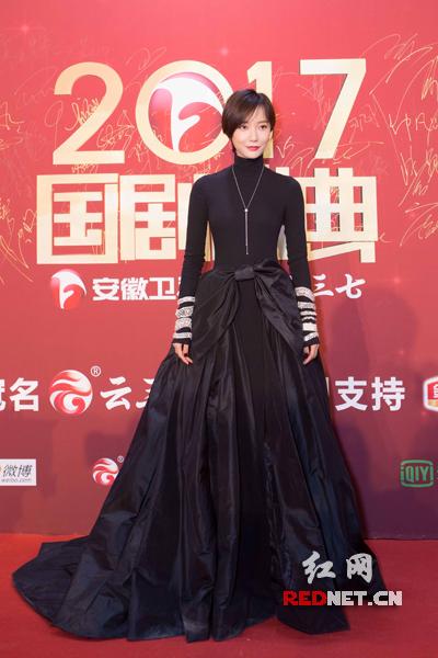 王珞丹亮相《国剧盛典》红毯 蝴蝶腰造型仙气