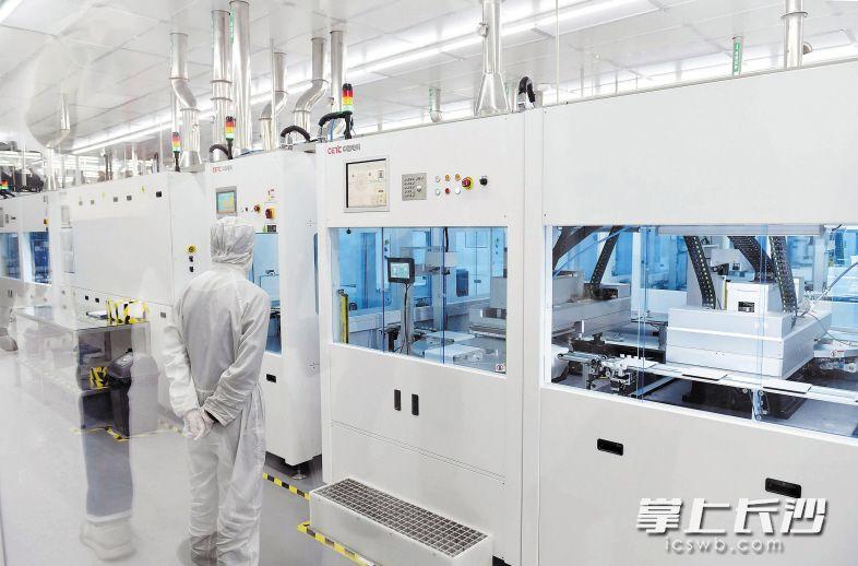 """湖南红太阳光电科技有限公司是""""中国光伏行业创新力100强企业"""",是国家光伏装备工程技术研究中心依托单位,也是国内唯一一家集装备研发、工艺研究、生产线整线集成及光伏产品大批量工艺验证于一体的光伏企业。长沙晚报记者 周柏平 摄"""