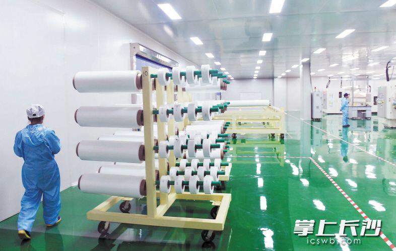 湖南中锂新材料有限公司专业生产锂离子电池湿法隔膜,在全国隔膜行业产能排名第一。长沙晚报记者 周柏平 摄