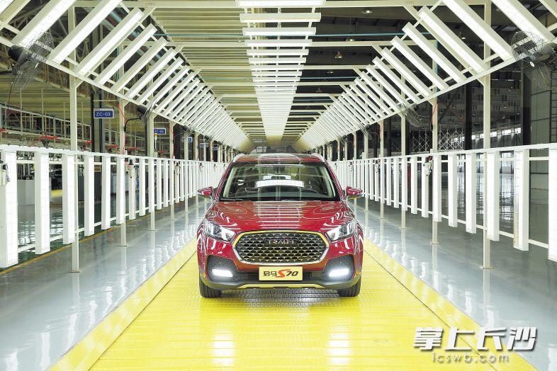 12月12日,君马汽车旗下首款轿跑SUV S70在众泰汽车长沙生产基地正式下线。刘晓东 摄