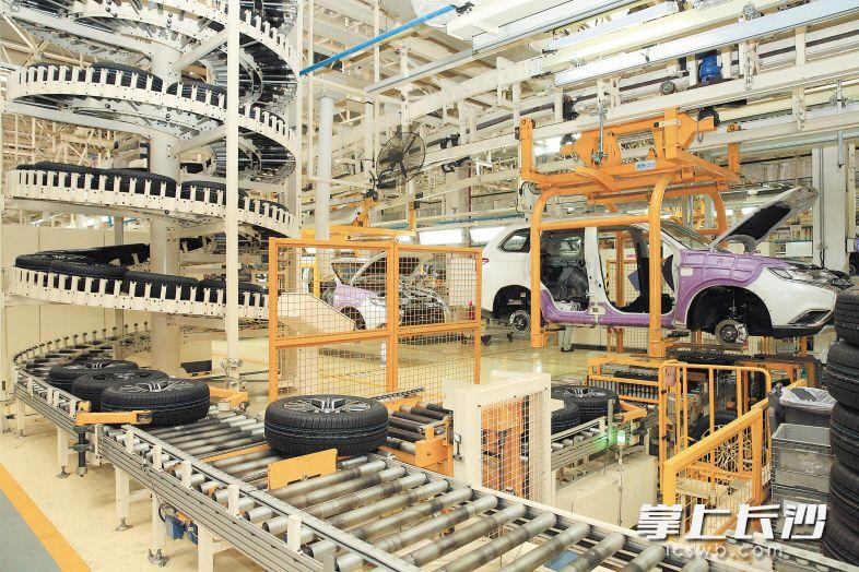 广汽三菱总装车间,生产线实现了自动化、智能化。 刘晓东 摄