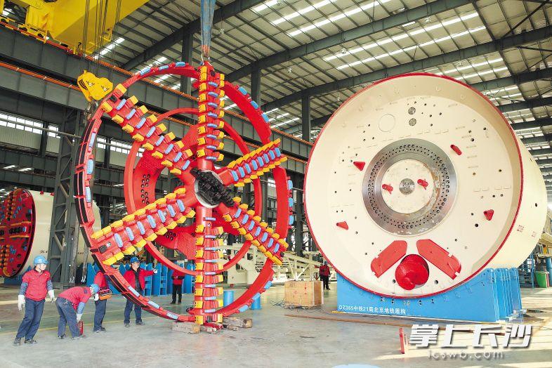 ▲铁建重工第二产业园内,一台盾构机正在组装。长沙晚报通讯员 刘晓东 摄