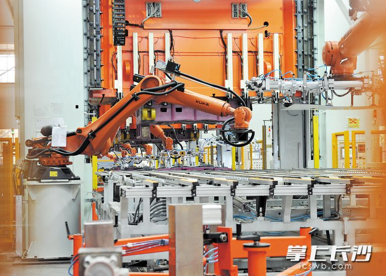 ▲新能源汽车车身装备及零部件智能制造工厂项目总投资额24.8亿元,是工业制造转型升级典型的代表项目。长沙晚报记者 王志伟 摄