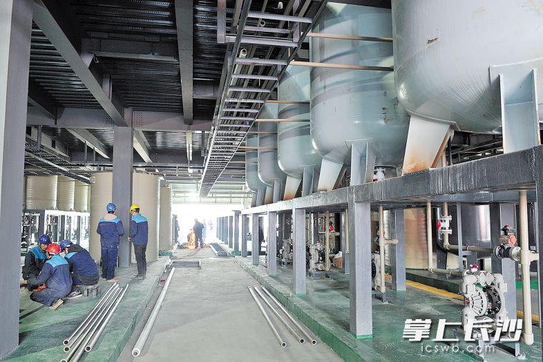 中伟新能源(中国)总部产业基地总投资52亿元,规划用地720亩,建设30栋生产车间、污水处理厂、研发中心等,主要研发、生产和销售适用于3C、动力汽车、储能和循环使用等领域的新能源锂电池材料。长沙晚报记者 王志伟 摄
