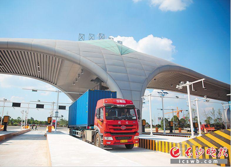 卡车满载驶入黄花综保区,货物在此将实现地空联运。长沙晚报通讯员曾诗怡 摄