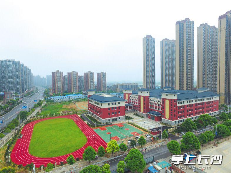 新建成开学的江湾小学。