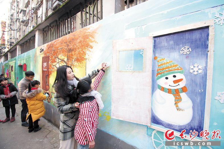 """丰泉古井社区打造的""""手工绘画+实物点缀""""立体画卷,是送给外来务工者的礼物。 长沙晚报记者 陈飞 摄"""