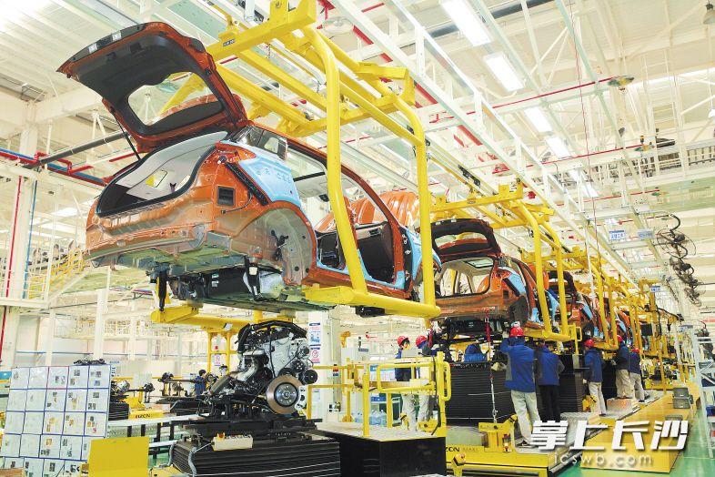 猎豹汽车长沙公司车间85%的焊接直接由机器人完成,满负荷生产,每小时下线新车65辆。长沙晚报通讯员 刘晓东摄